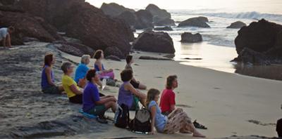 Grupp mediterar vid Varkala south cliff strand